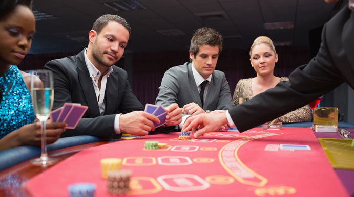How has online poker closed the skill gap between experienced and less experienced players?